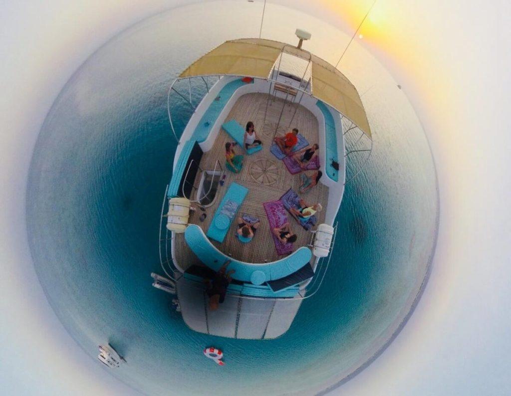 yoga diamant et dauphin - meditation au soleil couchant - bateau